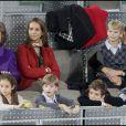 La reine Sofia, ses filles Cristina et Elena, et leurs enfants, à Madrid, lors d'un match d'exhibition caritatif entre Rafael Nadal et Roger Federer. 22/12/2010