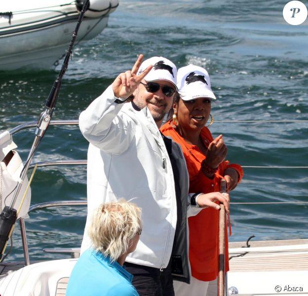 Oprah Winfrey et Russell Crowe sur un yacht dans la baie de Sydney, en compagnie de la femme de l'acteur australien Danielle Spencer, le 13 décembre 2010