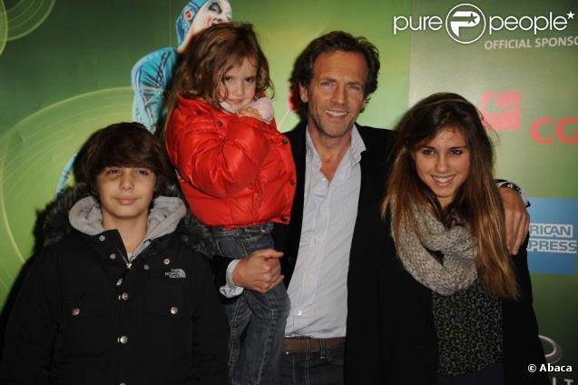 Stéphane Freiss et ses trois enfants à Bercy, pour assister au spectacle Saltimbanco, le 13 janvier 2011.