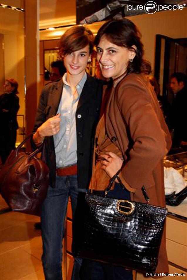 Inès de la Fressange et sa fille Nine lors de la soirée Italian Touch à la boutique Tod's. Paris, le 13 octobre 2009