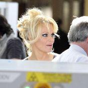 Pamela Anderson : Quand la bombe entame un striptease... à l'aéroport !