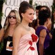 Natalie Portman ose la robe en soie à la cérémonie des Golden Globes, le 16 janvier 2011.