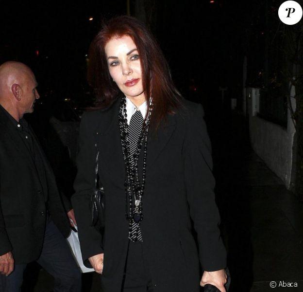Priscilla Presley sort du restaurant Sur dans West Hollywood en compagnie d'un inconnu à Los Angeles le 18 février 2011