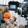 Annie Girardot sur le tournage des Brasseurs d'Affaires en septembre 2006 en Russie avec son réalisateur. Elle est équipée d'une oreillette pour pouvoir travailler.