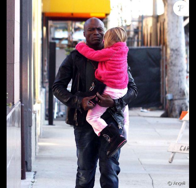 Le chanteur Seal porte sa fille Leni dans ses bras, la petite s'est endormie, dans les rues de Los Angeles le 21 février 2011
