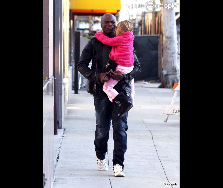 le chanteur seal porte sa fille leni dans ses bras la petite s 39 est endormie dans les rues de. Black Bedroom Furniture Sets. Home Design Ideas