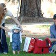 Amy Adams dans un parc de Beverly Hills le 5 mars 2011, avec son compagnon Darren Le Gallo, et leur fille Aviana