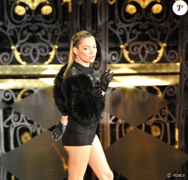 Kate Moss, cigarette à la main, pour le défilé prêt-à-porter Louis Vuitton automne/hiver 2011-2012, le 9 mars 2011