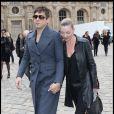 Kate Moss et Jamie Hince quittent la Cour Carrée du Louvre après le défilé Louis Vuitton et filent vers le Bourget pour rentrer à Londres, le 9 mars 2011