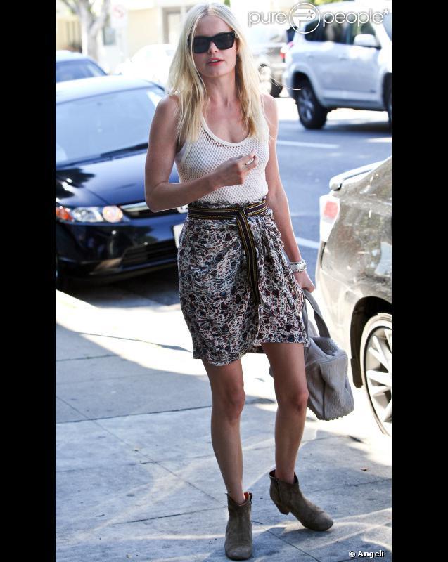 Kate Bosworth a tout compris. Pour une silhouette estivale, mixez la jupe à imprimés, le débardeur blanc et enfilez votre paire de low boots presque plates. Bingo !