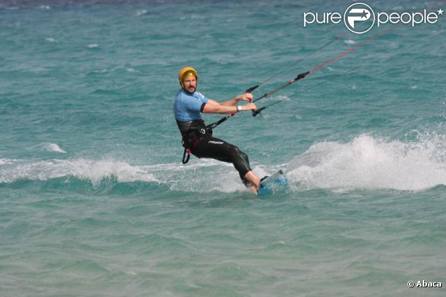 Le 3 avril 2011, le prince héritier Haakon de Norvège s'éclatait aux îles Canaries, à Fuerteventura, entre kitesurf et windsurf...