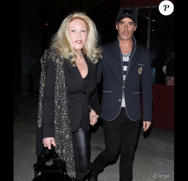 Jocelyn Wildenstein et un ami à la sortie du Boa Steakhouse à Los Angeles le 9 avril 2011