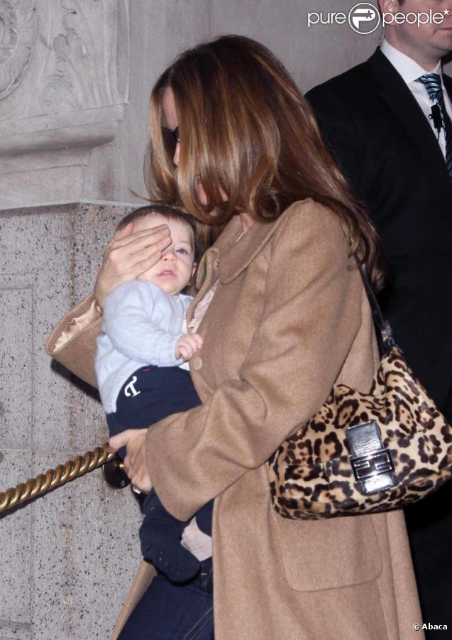 Kelly Preston à New York avec son adorable fils Benjamin le 22 avril 2011