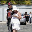 Pink et son mari Carey Hart se promènent à Malibu. La chanteuse semble avoir fait un bel effort vestimentaire, contrairement à d'habitude. 16 avril 2011