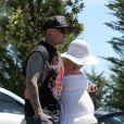 Pink a fait un véritable effort de look ! Elle se balade avec son époux Carey Hart dans les rues de Malibu. 16 avril 2011