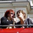 Régine avec Jane Birkin qui chantent les Petits Papiers pour les sans Papiers.