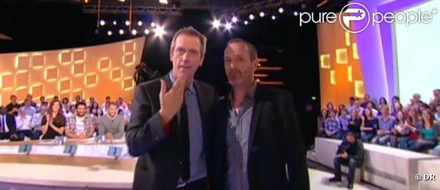 """Hugh Laurie était l'invité du  Grand Journal  de Canal+ le 21 avril 2011 pour présenter son album de blues  Let Them Talk . Mouloud Achour lui a présenté un """"sosie"""" approximatif !"""