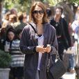 Jessica Alba dans les rues de Los Angeles, en tenue de sport, et avec un large sourire. Le 21 avril 2011