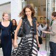 Jessica Alba est radieuse avec ce look jungle chic ! Avec sa robe longue zébrée L.A.M.B. et sa petite veste en cuir Burberry, elle porte des Christian Louboutin. Sans oublier le sac à main Dior. Los angeles, 22 avril 2011