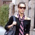 Jean, pull noir, grosses boots... Jessica Alba adore le look masculin et ça se voit ! Elle sait toutefois le féminiser avec un sac griffé, des créoles et une longue cravate rose. New York, 3 novembre 2005