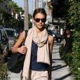 Jessica Alba est très féminine avec ce look urbain chic. Pantalon carotte beige, top bleu et étole beige... Elle a tout bon ! Los Angeles, 24 septembre 2010