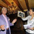 Pierre Cornette de Saint Cyr et Isabelle Giordano lors de la vente aux enchères au profit de l'association Plan France à Paris le 28 avril 2011