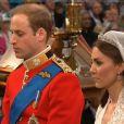 Mariage de Kate Middleton et du prince William : les époux écoutent attentivement le serment de l'évêque de Londres, Monseigneur Richard Chartres. 29 avril 2011