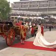 Kate et William sortent de l'abbaye de Westminster, à Londres, après avoir échangé leurs voeux, le 29 avril 2011. Ils montent dans leur carrosse.