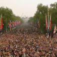 La foule s'est pressée sous le balcon de Buckingham Palace, à Londres, le 29 avril 2011. Kate Middleton et le prince William, jeunes mariés, la saluent !