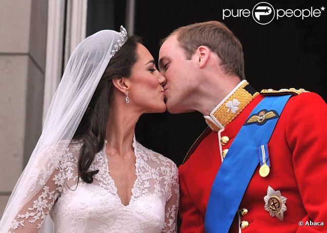 Kate et William officiellement mariés s'embrassent au balcon de Buckingham Palace, le 29 avril 2011