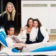 Vanessa Demouy entourée de ses partenaires de  Classe Mannequin , diffusée entre 1993 et 1994 sur M6.