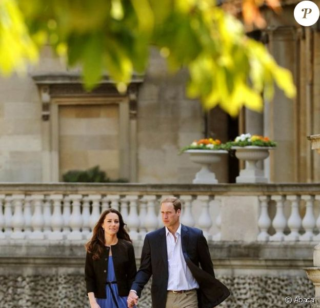 Kate Middleton et William, lors de leur première sortie officielle après leur mariage. Elle porte une robe Zara bleue.