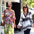 Jessica Alba et une amie, lors d'une promenade dans la Cité des Anges, le 5 mai 2011