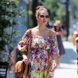 Jessica Alba rend hommage à la mode italienne en robe D&G avec un sac Gucci. Le 5 mai à Los Angeles