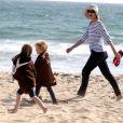 Marcia Cross et ses jumelles Eden et Savannah passent du bon temps à la plage à Santa Monica, Los Angeles, le 22 avril 2011.