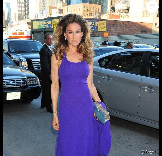 """Sarah Jessica Parker ose la coupe """"vamp"""" pour assister au gala de charité au profit de l'association Robin Hood. New York, 9 mai 2011"""