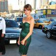 Le mannequin Melania Trump moule ses formes dans une robe bustier verte. On adore les escarpins nude ! New York, 9 mai 2011