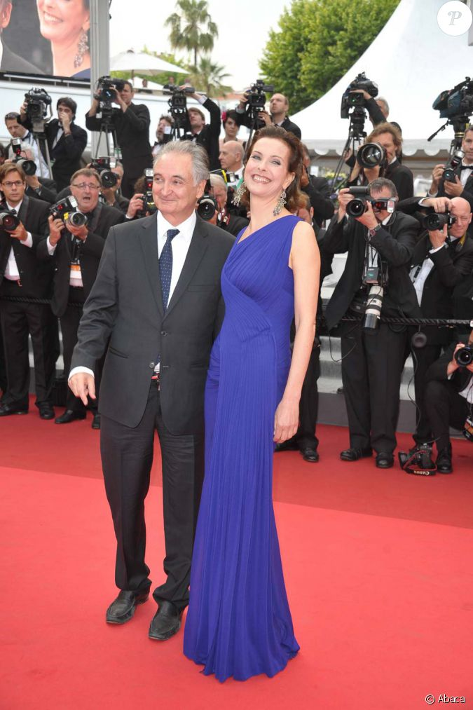 carole bouquet et jacques attali montent les marches du festival de cannes le 12 mai 2011. Black Bedroom Furniture Sets. Home Design Ideas