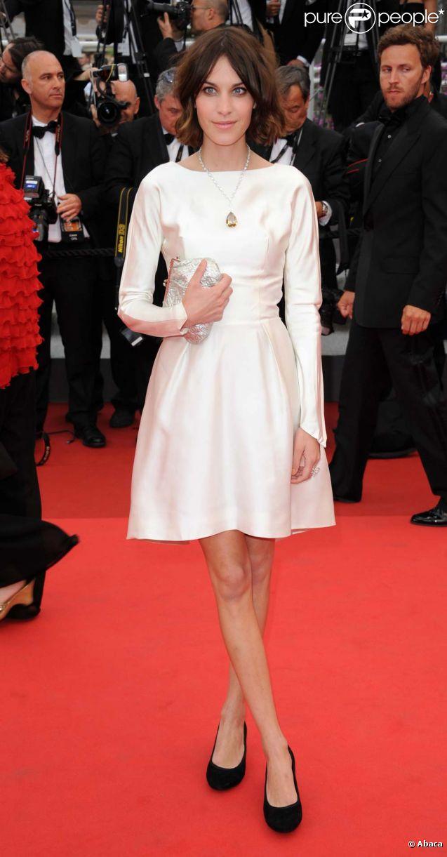 Alexa chung sublime sa robe blanche avec un magnifique for Robes blanches simples pour le mariage de palais de justice