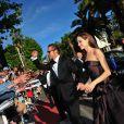 Angelina Jolie et Brad Pitt signent des autographes lors de leur passage sur le tapis rouge du 64e Festival de Cannes, à l'occasion de la présentation de  The Tree of Life , le 16 mai 2011.