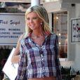 Tara Reid frôle l'anorexie dans son jean taille basse qui dévoile son ventre décharné. Los Angeles, 26 mai 2011