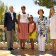 Le roi Juan Carlos d'Espagne au palais Marivent à Majorque avec les filles Obama, en août 2010.
