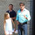 Guy Ritchie et l'une de ses filles à l'occasion de la fête donnée par Joel Silver pour le Memorial Day dans sa propriété de Malibu, à Los Angeles, le 30 mai 2011.