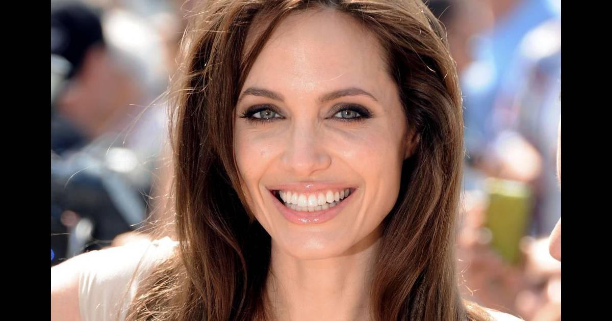 Angelina Jolie bryster Miss Martin Hobro
