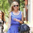 Kirsten Dunst sublime sa robe avec des accessoires bien choisis : des lunettes Ray Ban, un it-bag et des sadales compensées dorées ! New York, 8 juin 2011