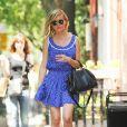 Kirsten Dunst se balade dans les rues de New York et apporte un vent d'été avec sa ravissante robe courte bleue et blanche. Le 8 juin 2011