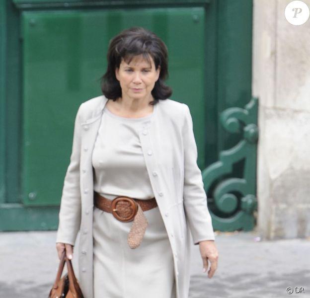 Anne Sinclair élégante à Paris, le vendredi 10 juin 2011. Elle est de passage en France pour rendre visite à son fils David, tout jeune papa !