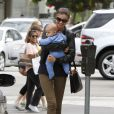 Miranda Kerr complètement gage de son adorable fils Flynn dans les rues de Los Angeles en mai 2011