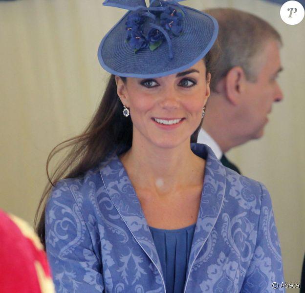 Kate Middleton, duchesse de Cambridge, quitte la chapelle Saint George le 12 juin 2011 à Windsor pour le 90e anniversaire du duc d'Edimbourg