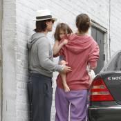Suri Cruise, avec Tom Cruise et Katie Holmes : pieds nus et mine boudeuse